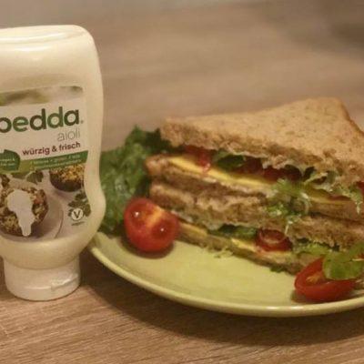 veganer käse von bedda und vegane aioli auf sandwich